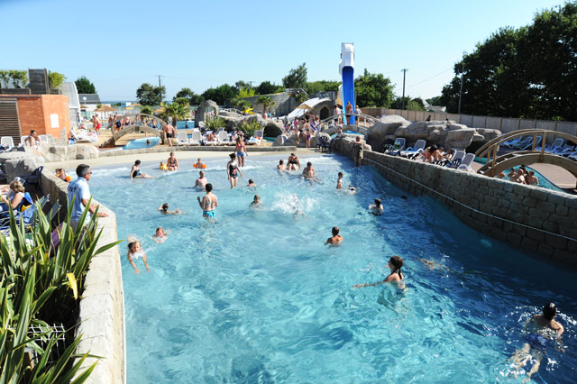 Water parks and pools in campaquapleinair campsites in for Piscine les vagues meyzieu